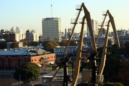 Guindastes e armazéns, marcos da paisagem de Buenos Aires, avistados da varanda do Hotel Madero