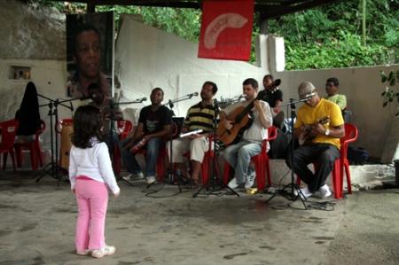 Roda de samba no quillombo da Sacopã, aos sábados: com feijão e vista da Lagoa
