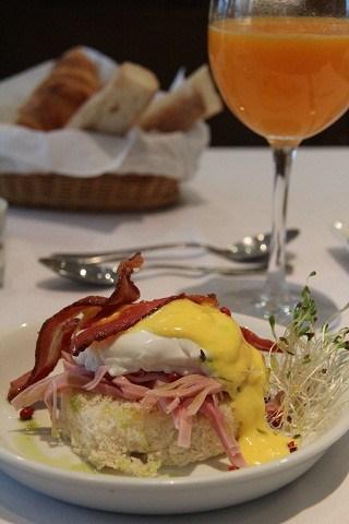 """O """"ovo poché benedictine"""", uma das especialidades do Chez L'Ami Martin, com pães de Guerrin e cardápio de Pascal Jolly"""
