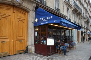 A fachada do L'Ecluse, um belo bar de vinhos na 64, rue François 1er (Paris 8ème)