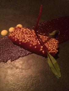 Olhete curado na beterraba em crosta de quinoa: Brasil, Escandináva e Peru e perfeita comunhão. França??? Onde???